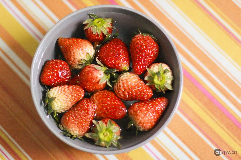 全家买的草莓,一点也不红