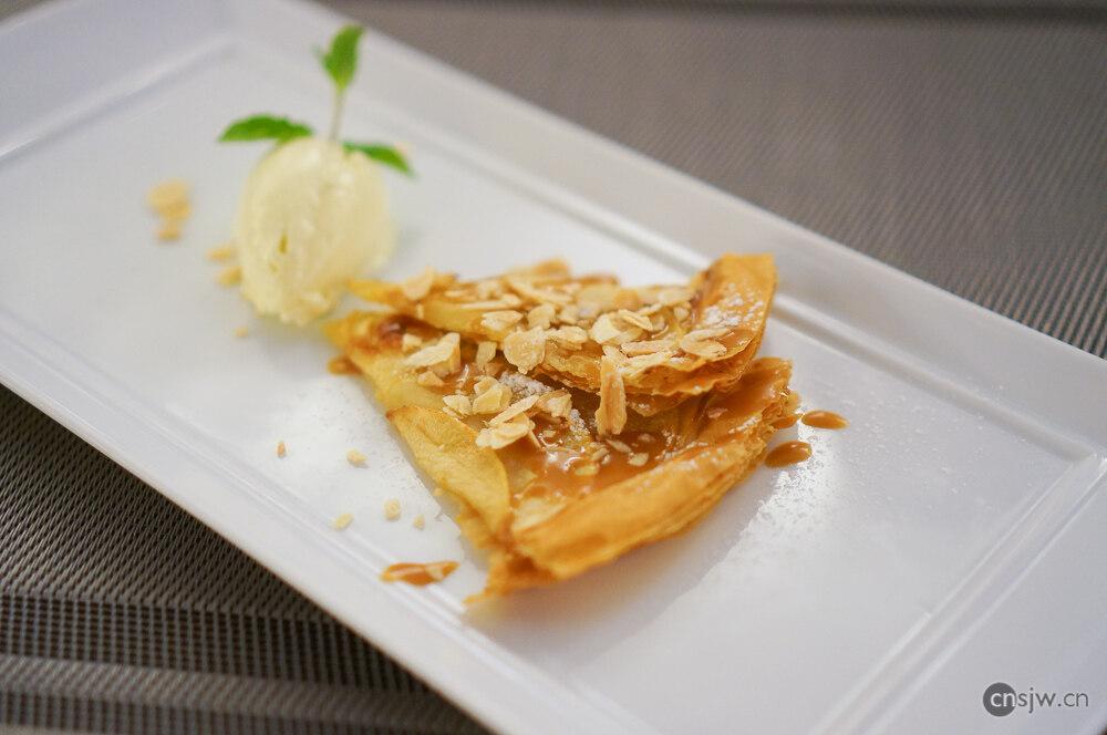 苹果塔配自制香草冰淇淋