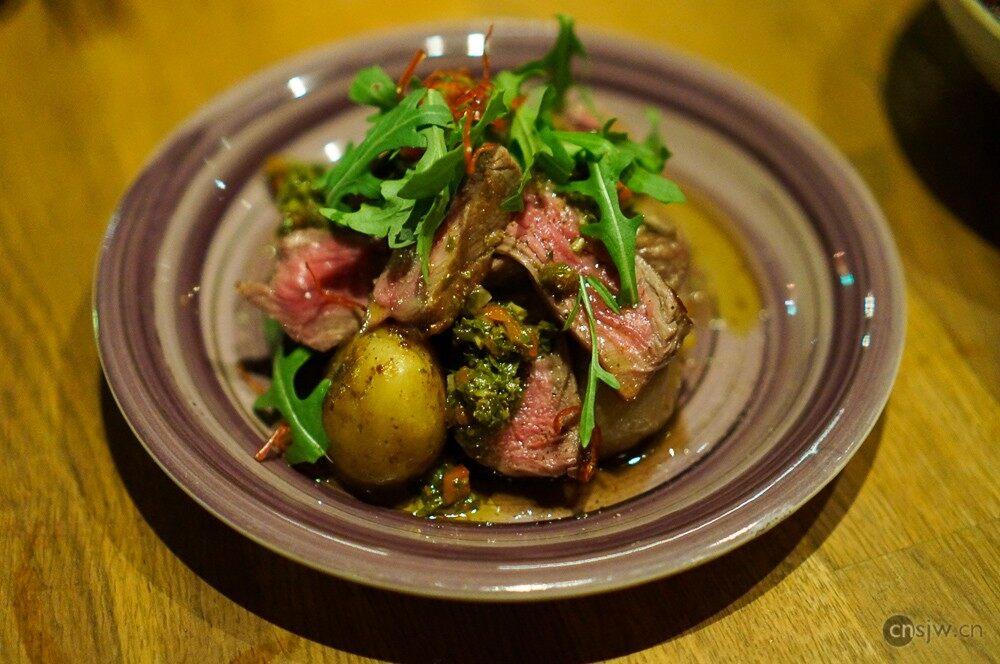 炭烤拉丁風味阿根廷牛肉配圓蔥,烤小土豆及南美香草醬