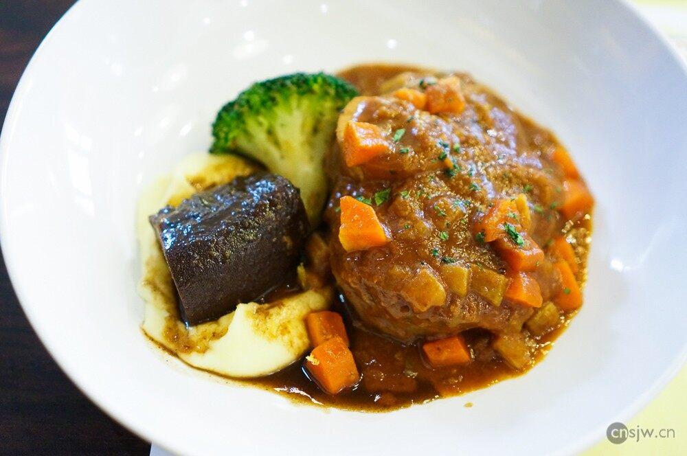 番茄烩小牛膝及红酒烩牛舌,土豆泥和冬季蔬菜