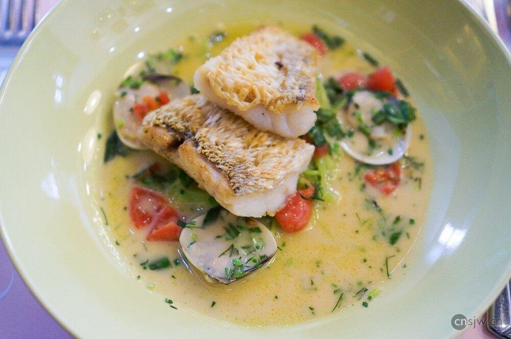 低温慢炖红鲷鱼,白酒蛤蜊香草汁和小番茄